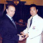 Учитель Хатцуо Рояма вручает Президенту России г.-ну Владимиру Владимировичу Путину Чёрный Пояс